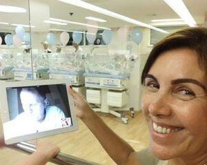 Zico acompanhou o nascimento de sua neta Alice pelo iPad; na foto, a esposa e avó, Sandra, segura o tablet na maternidade