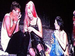Lady Gaga recebe fãs no palco durante show em São Paulo na noite deste domingo (11)