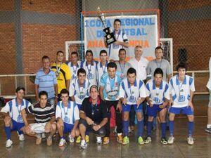 Prefeito Jorge Diogo e membros do Departamento Municipal de Esportes ao lado dos jogadores de Brasilândia que foram campeões da competição