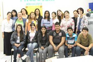 Equipe do Cras ao lado dos participantes do Projovem Adolescente